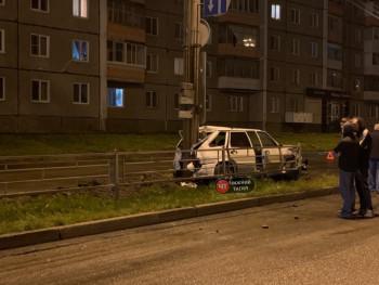 В Нижнем Тагиле 18-летний водитель на «четырнадцатой» врезался в Renault и отлетел в столб