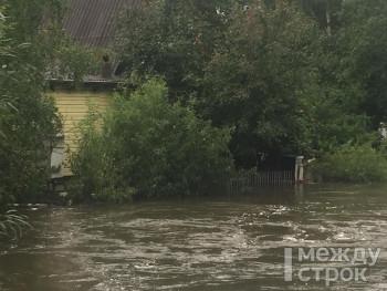 «Воду откачивают с пожарной машиной». В Нижнем Тагиле из-за непрекращающихся дождей затопило новый детский сад и садовые участки