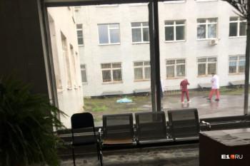 В Екатеринбурге пенсионер выпал из окна больницы и разбился насмерть