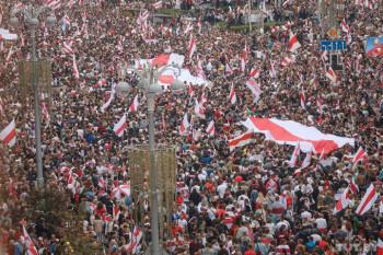 Протестный митинг в центре Минска собрал более ста тысяч человек