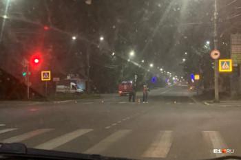 В центре Серова двое мужчин оставили гранату на капоте автомобиля