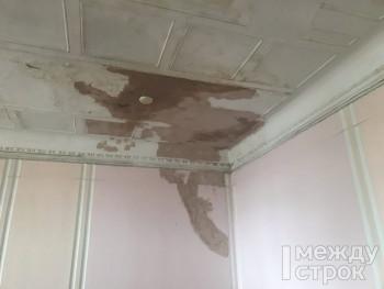 Спустя 40 лет потопов жителям бывшего дома дирекции «Уралвагонзавода» сказали, когда отремонтируют крышу