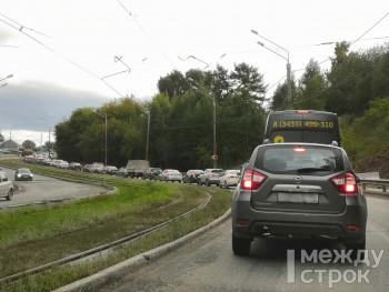 Дорожники ответили на претензии автомобилистов о пробках на Уральском проспекте