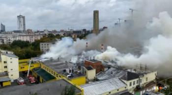 Вцентре Екатеринбурга загорелась крыша хлебокомбината «Смак»
