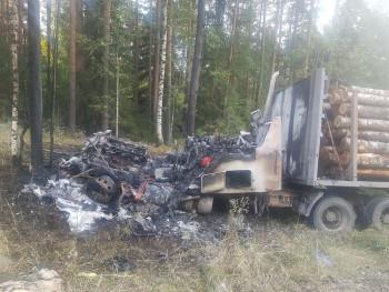 Под Нижним Тагилом сгорел лесовоз (ВИДЕО)