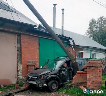 В Верхней Салде Renault снёс столб и протаранил ограду жилого дома