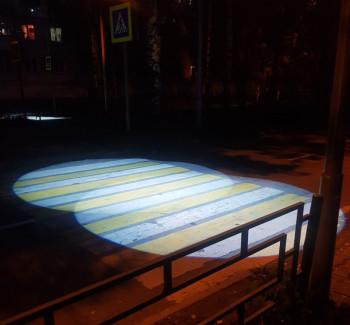 В центре Нижнего Тагила на пешеходном переходе возле школы впервые появилась современная проекционная подсветка