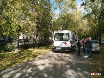 В центре Екатеринбурга переодетый в женщину мужчина избил и ограбил двух девушек