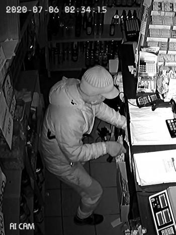 Полиция Нижнего Тагила устанавливает личность мужчины в маске, обокравшего несколько магазинов в Николо-Павловском