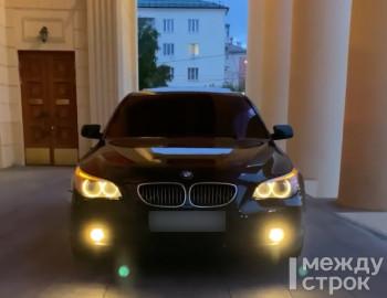 Ради эффектного фото житель Нижнего Тагила заехал на BMW на крыльцо драмтеатра. Теперь у него проблемы с полицией (ВИДЕО)