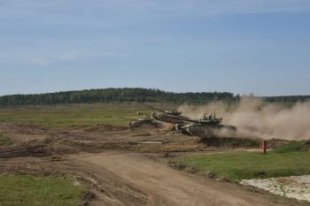 Под Екатеринбургом уральские танкисты совершили синхронный прыжок на трёх Т-72