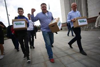 ВЗаксобрание Свердловской области передали 13 тысяч подписей запрямые выборы мэров