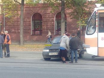 В центре Нижнего Тагила трамвай протаранил легковушку