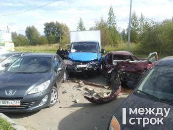 В Нижнем Тагиле на выезде с Вагонки столкнулись пять автомобилей (ФОТО)