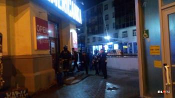 В центре Екатеринбурга возле бара зарезали 18-летнего парня