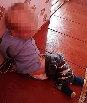 В Омской области полуторагодовалого ребёнка держала в плену, истязала и морила голодом знакомая его матери