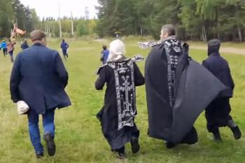 Отлучённый от церкви схиигумен Сергий устроил «крестный бег» вокруг женского монастыря (ВИДЕО)