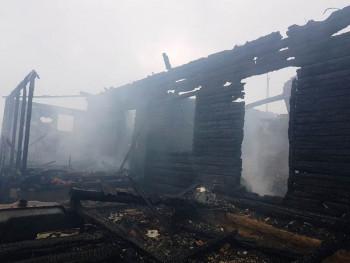 В селе под Нижним Тагилом три семьи остались без крыши над головой из-за пожара
