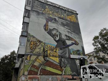 В центре Нижнего Тагила вместо детского рисунка на фасаде пятиэтажки появится репродукция картины «Седой Урал куёт победу»