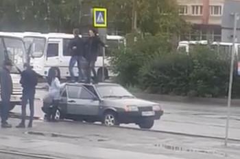 ГИБДД Нижнего Тагила проверяет видео, на котором молодые люди танцуют на крыше автомобиля возле железнодорожного вокзала