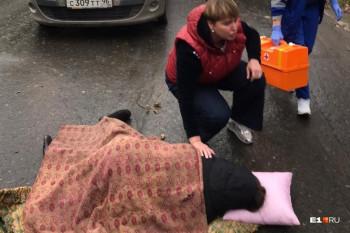 В Екатеринбурге возле 94-й гимназии сбили девушку