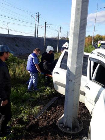 В Нижнем Тагиле спасатели после ДТП извлекли зажатого в салоне автомобиля пассажира