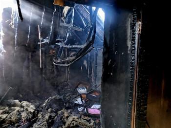 В Нижнем Тагиле у пенсионеров сгорел дом из-за замыкания электропроводки (ВИДЕО)