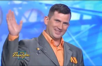 Сотрудник УВЗ из Нижнего Тагила подарил Якубовичу модель «Арматы» на телеигре «Поле чудес»