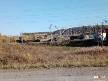 Под Нижним Тагилом грузовой поезд сошёл с рельсов и перевернулся (ВИДЕО)