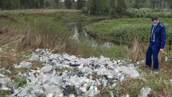 Правоохранители не смогли установить предпринимателя, выбросившего 300 бутылок просроченной газировки возле реки под Нижним Тагилом