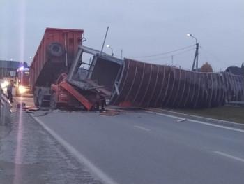 На Челябинском тракте самосвал снёс пешеходный мост, водитель погиб