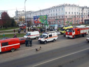 В Нижнем Тагиле автомобиль ВАЗ-2109 врезался в толпу людей на пешеходном переходе (ВИДЕО)
