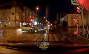 В Нижнем Тагиле из-за некорректной работы светофора в ДТП пострадали два автомобиля (ВИДЕО)