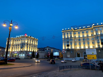 В центре Нижнего Тагила установили более 200 светильников для архитектурной подсветки двух «сталинок»