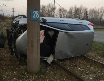 В Нижнем Тагиле на Северном шоссе Nissan вылетел с дороги и врезался в столб (ВИДЕО)