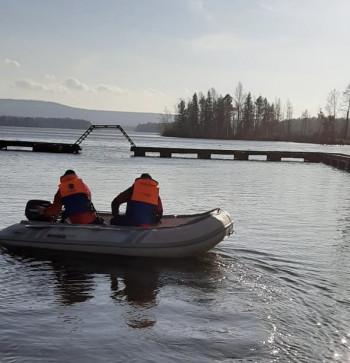 Под Нижним Тагилом спасатели вытащили из воды рыбака, у которого из-за ветра перевернулась лодка (ВИДЕО)