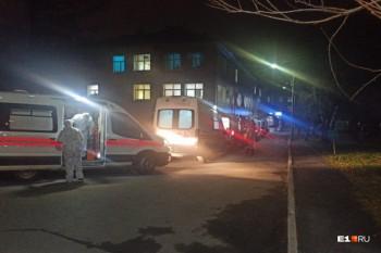 ВЕкатеринбурге перед больницей образовалась пробка из15 скорых сбольными коронавирусом