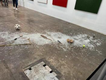 В Мексике арт-критик случайно разбила арт-объект, который ей не понравился