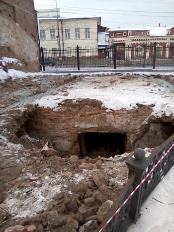 Старинный погреб, найденный в Нижнем Тагиле на территории сквера советских скульптур, оденут в саркофаг на зиму