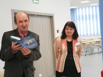 Тагильский актёр Сергей Зырянов презентовал свою книгу ученикам школы № 100
