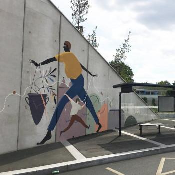 Французский граффитист разрисует стену Ельцин Центра