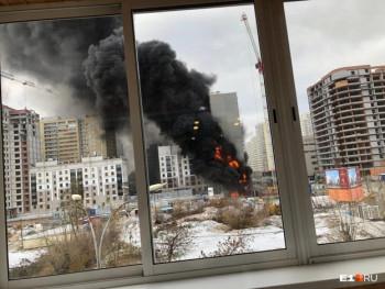 В Екатеринбурге загорелся строящийся ЖК в районе южного автовоказала (ВИДЕО)