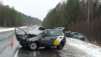 Под Туринском произошло серьёзное ДТП с автомобилем «Яндекс.Такси». Пострадали пять человек