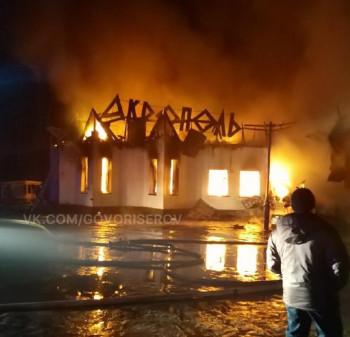 На трассе под Нижним Тагилом полностью сгорело придорожное кафе (ВИДЕО)