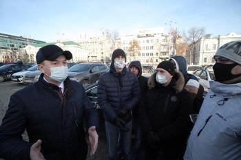 Кпротестующим в центреЕкатеринбурга таксистам вышел министр транспорта