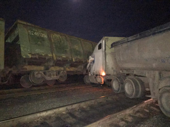 На севере Свердловской области грузовик протаранил поезд