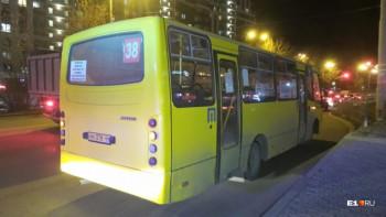 В Екатеринбурге водитель автобуса зажал ногу женщине и протащил её по асфальту