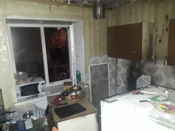 Пожарный-блогер опубликовал видео спасения самогонщика из горящей квартиры в Нижнем Тагиле