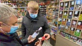 Активисты нашли 18 коробок нелегального алкоголя в магазинах Нижнего Тагила после обращения местных жителей