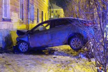 В Екатеринбурге водитель Hyundai на полной скорости врезался в дом